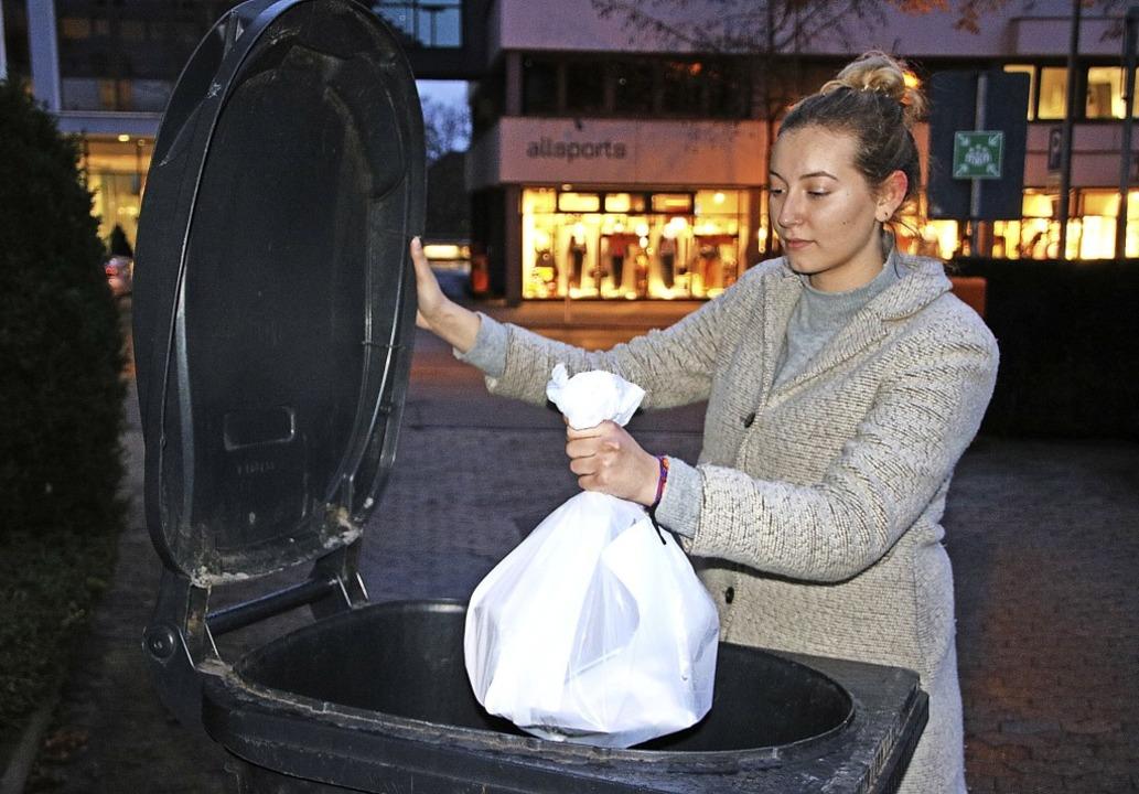 Das Befüllen der Restmülltonne geht Vi...n die Müllgebühren im Kreis Waldshut.   | Foto: Schlichter, Juliane