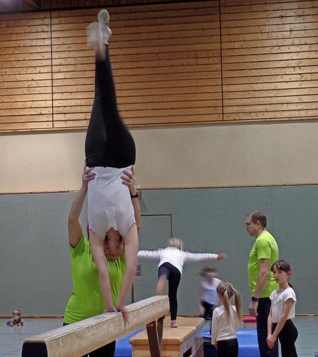 Ein Schuss Akrobatik zeigten die Turnerinnen der Leistungsgruppe.    Foto: Harald Schwarz