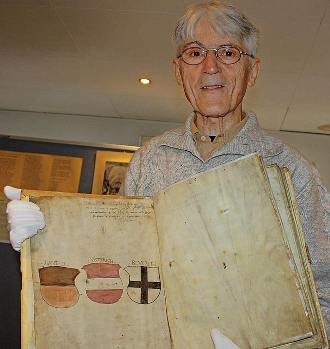 Benno Westermann mit dem fast 480 Jahre alten Seelbuch  | Foto: Rolf Reißmann