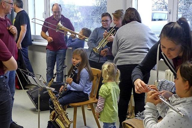 Kinder dürfen Instrumente testen