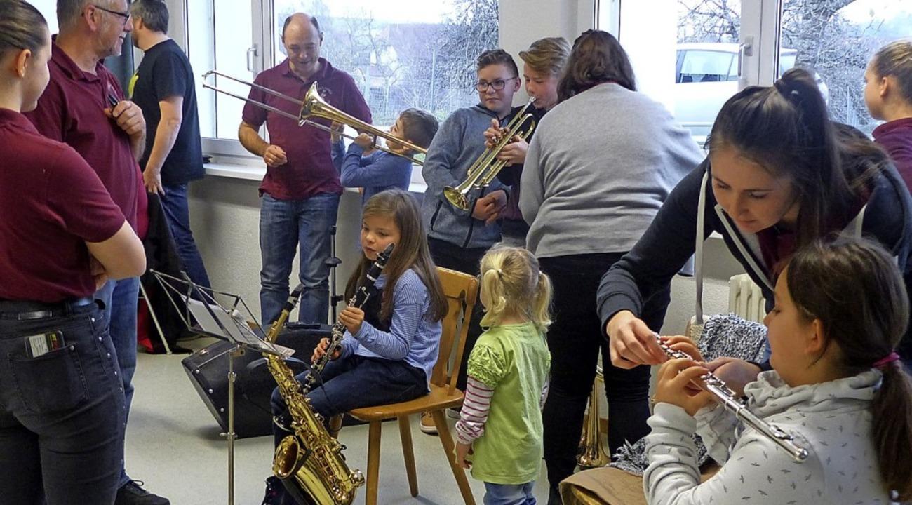 Am Informationsnachmittag beim Musikve...chiedenen Instrumente auszuprobieren.     Foto: suedkurier