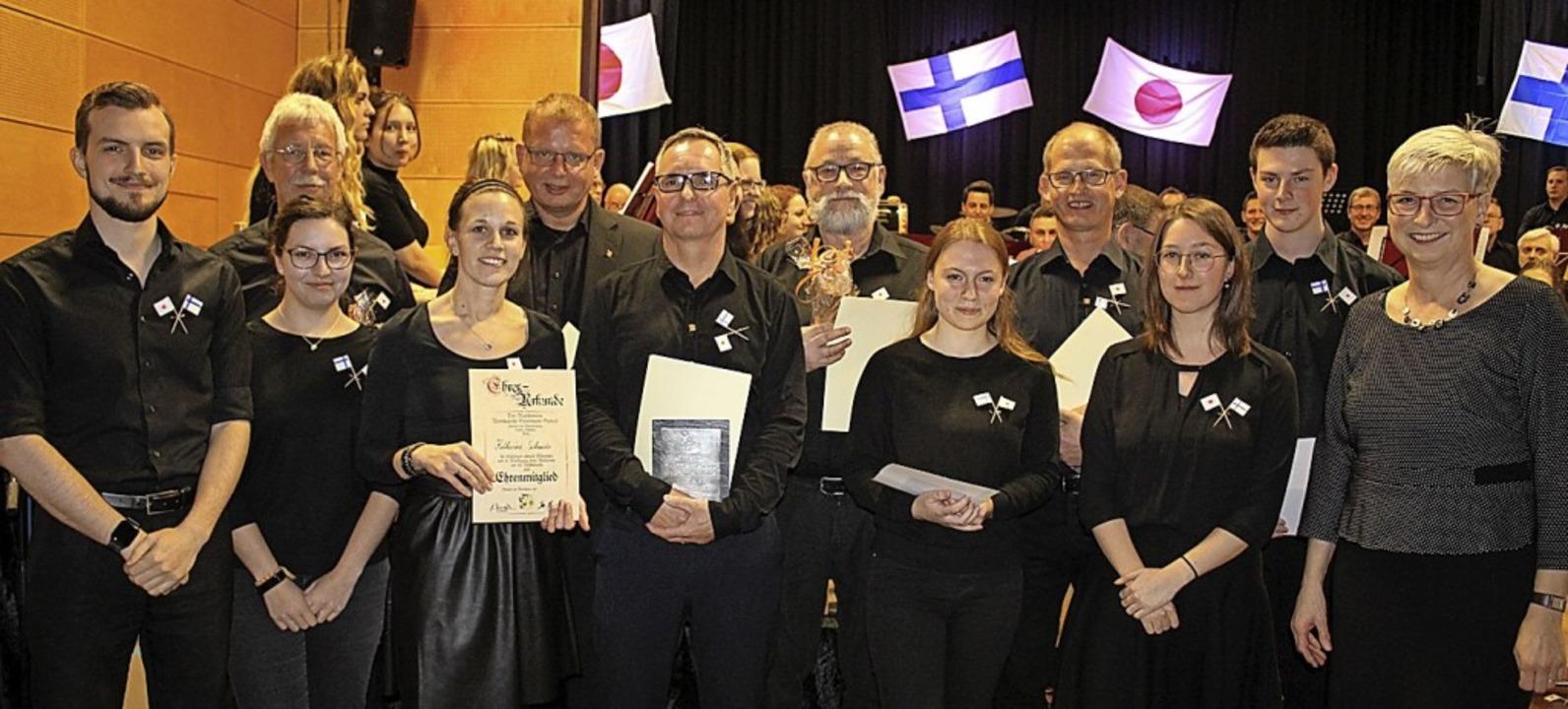 Vorsitzender Jan Hug (l.) und Gudrun M...usikerleistungsabzeichen absolvierten.  | Foto: Karin Heiß