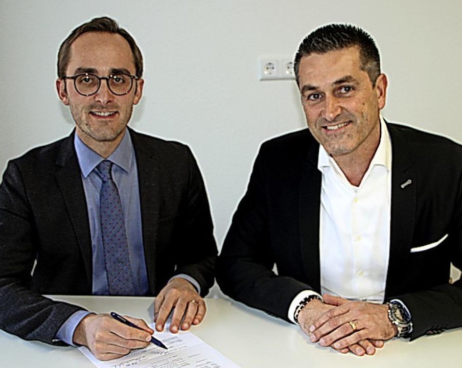 Benjamin Bohn (links) und Martin Mülle...Unterzeichnung des Gasliefervertrages.  | Foto: Herbert Trogus