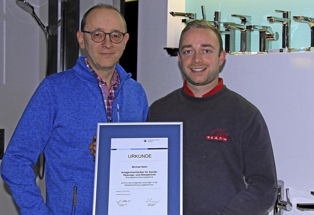 Michael Nann freut sich über seinen Pr...ter Michael Gut (rechts) gratulierte.   | Foto: Herbert Trogus