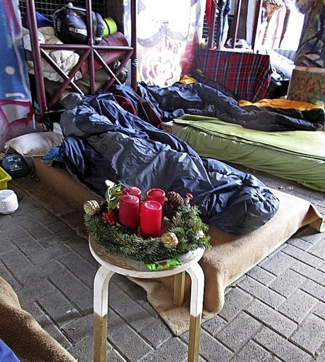 <BZ-FotoAnlauf>Obdachlose:</BZ-FotoAnlauf> Ein Kranz als freundliche Geste   | Foto: Zinnkann