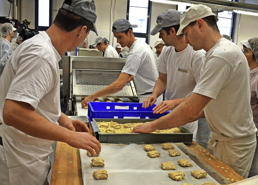 Die Teilnehmer konnten einen Blick in die Backstube der Bäckerei Kaiser werfen.     Foto: Gabriele Hennicke
