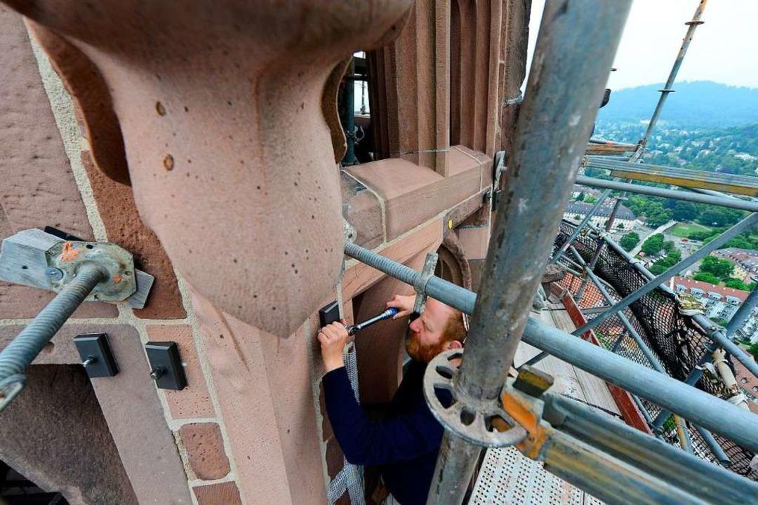 Steinmetze am Turmhelm – hier ist es Tilman Borsdorf.   | Foto: Ingo Schneider