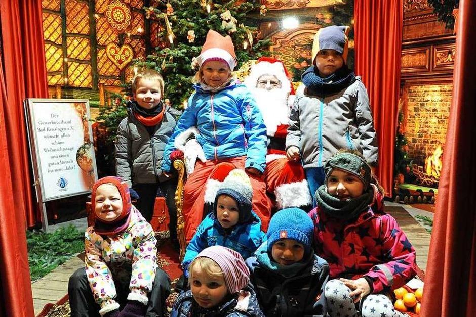 Noch bis zum 23. Dezember ist der schöne Weihnachtsmarkt auf dem Bad Krozinger Lammplatz geöffnet. Viele Buden laden zum Geschenke-Shoppen und Verweilen ein, täglich ist der Weihnachtsmann um 17 Uhr in seinem Zimmer in der Pyramide. (Foto: Hans-Peter Müller)