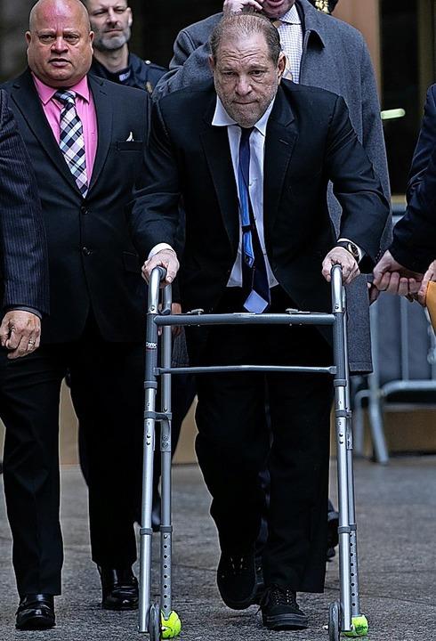 Weinstein humpelt mit einem Rollator in den Gerichtssaal.    Foto: Jeenah Moon (AFP)