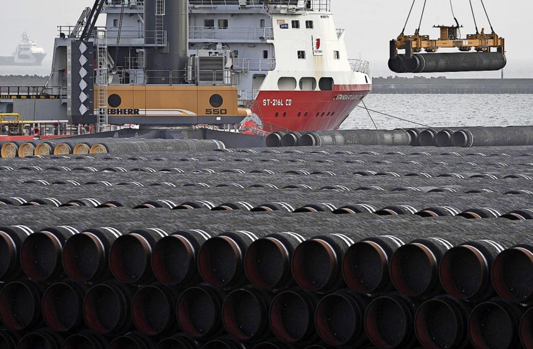 Rohre für die Gaspipeline Nord Stream ...Hafens Mukran auf ein Schiff verladen.    Foto: Stefan Sauer (dpa)