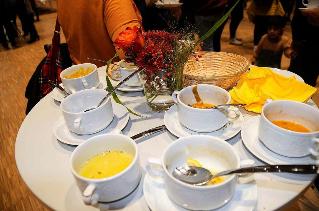 Beim Suppenfest leeren sich die Tassen schnell.  | Foto: Bettina Schaller