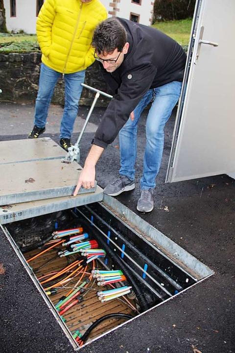 Paul Kempf zeigt, wo die Kabel zusammenlaufen.  | Foto: Monika Weber