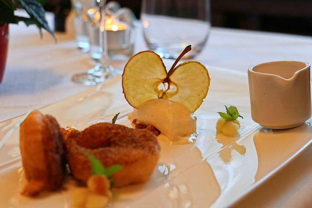 Apfelküchle mit Vanillesoße und Vanill...riffen wird das Dessert zum Hingucker.  | Foto: Ruth Seitz