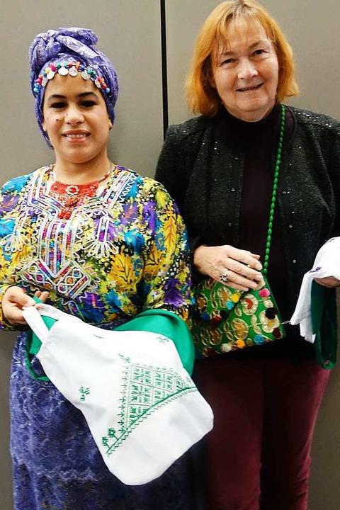 Aicha Schwarze (links) und Anette Lohm... durch Nähen ein Einkommen zu sichern.  | Foto: Danielle Hirschberger