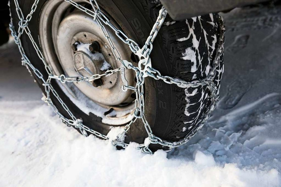 Für Lastwagen über 7,5 Tonnen gilt auf...derzeit weiterhin Schneekettenpflicht.  | Foto: Florian Schuh