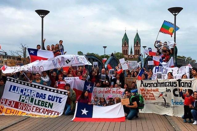 Die Chilenin Dominique Jerzembeck blickt mit Angst und Stolz in ihre Heimat