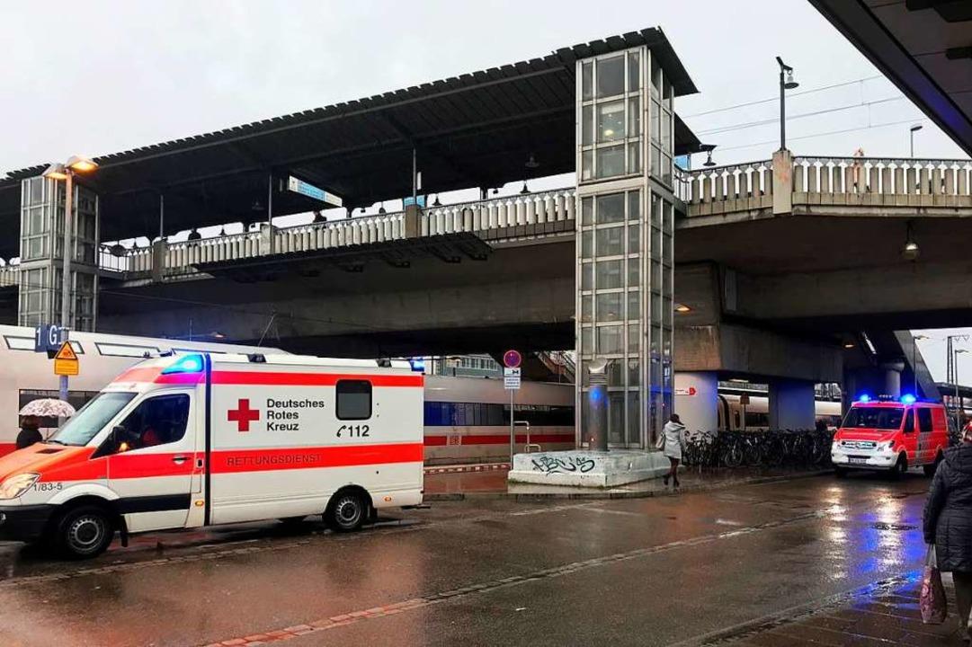 Der Freiburger Hauptbahnhof ist derzei...es Notarzteinsatzes komplett gesperrt.  | Foto: Valentin Heneka