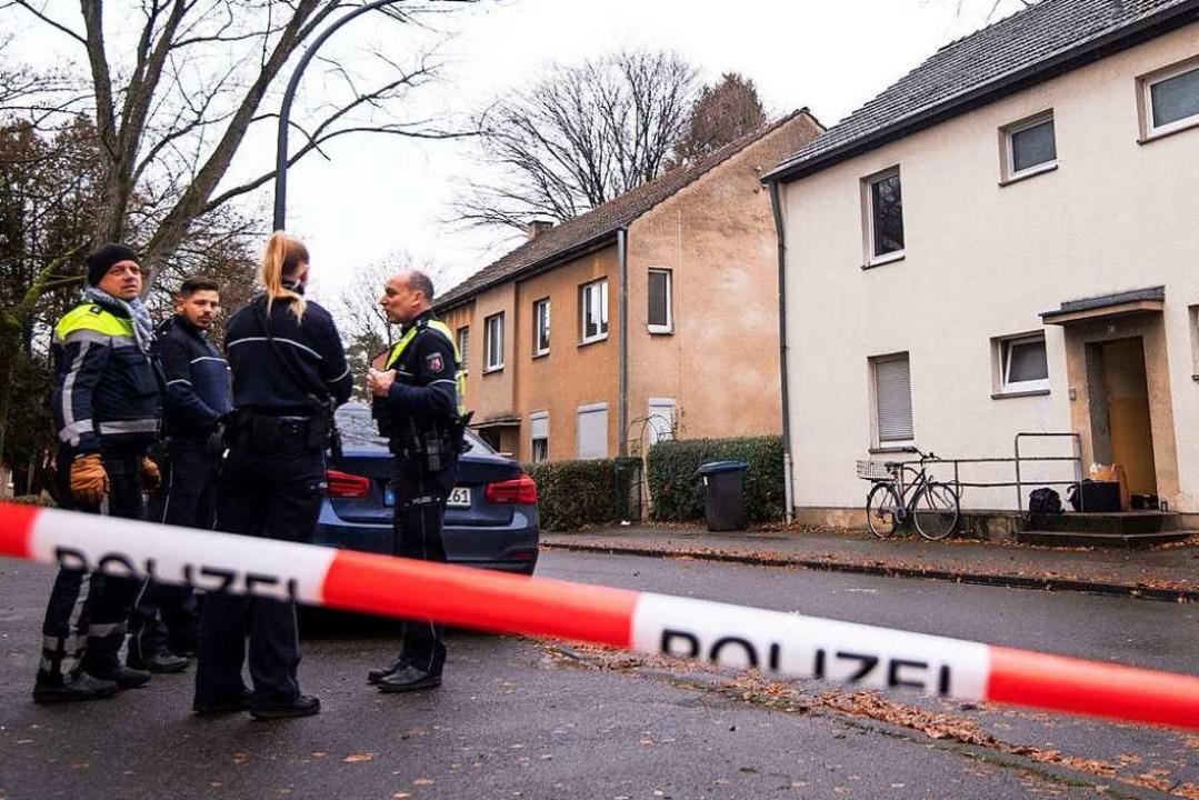 Polizisten stehen vor einem Haus. Hier...inen von ihnen tödlich verletzt haben.  | Foto: Marius Becker (dpa)