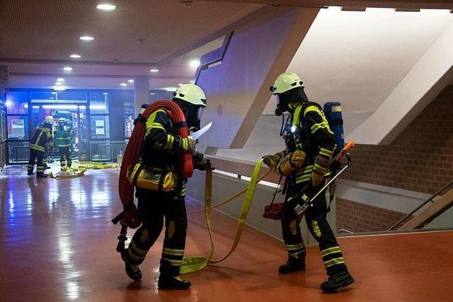 Feuerwehr testet das neue Brandschutzsystem der Alemannen-Realschule in Müllheim