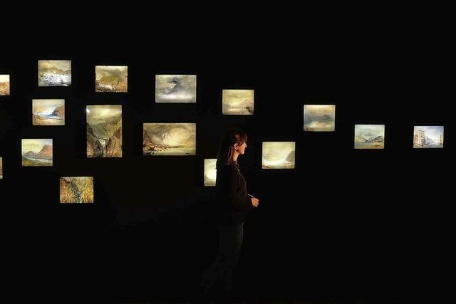 Patricia Potrykus führt in der Stätdischen Gallerie durch die Ausstellung