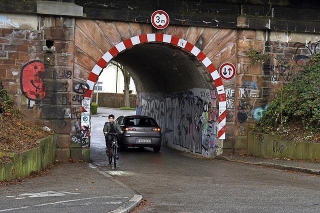 Anwohner fordern Sperrung einer engen Bahnunterführung in Zähringen