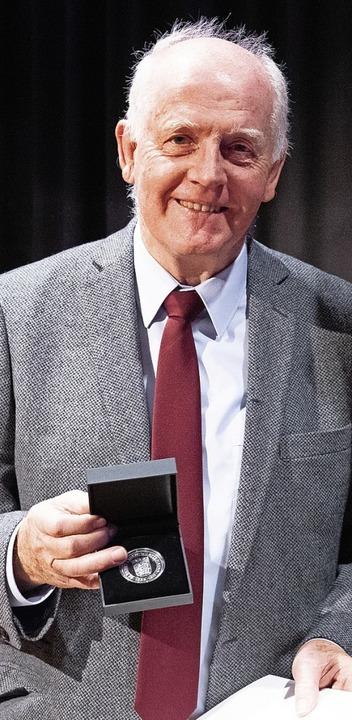 Erich Jais wurde mit der Staufermedaille ausgezeichnet.   | Foto: stadt kehl