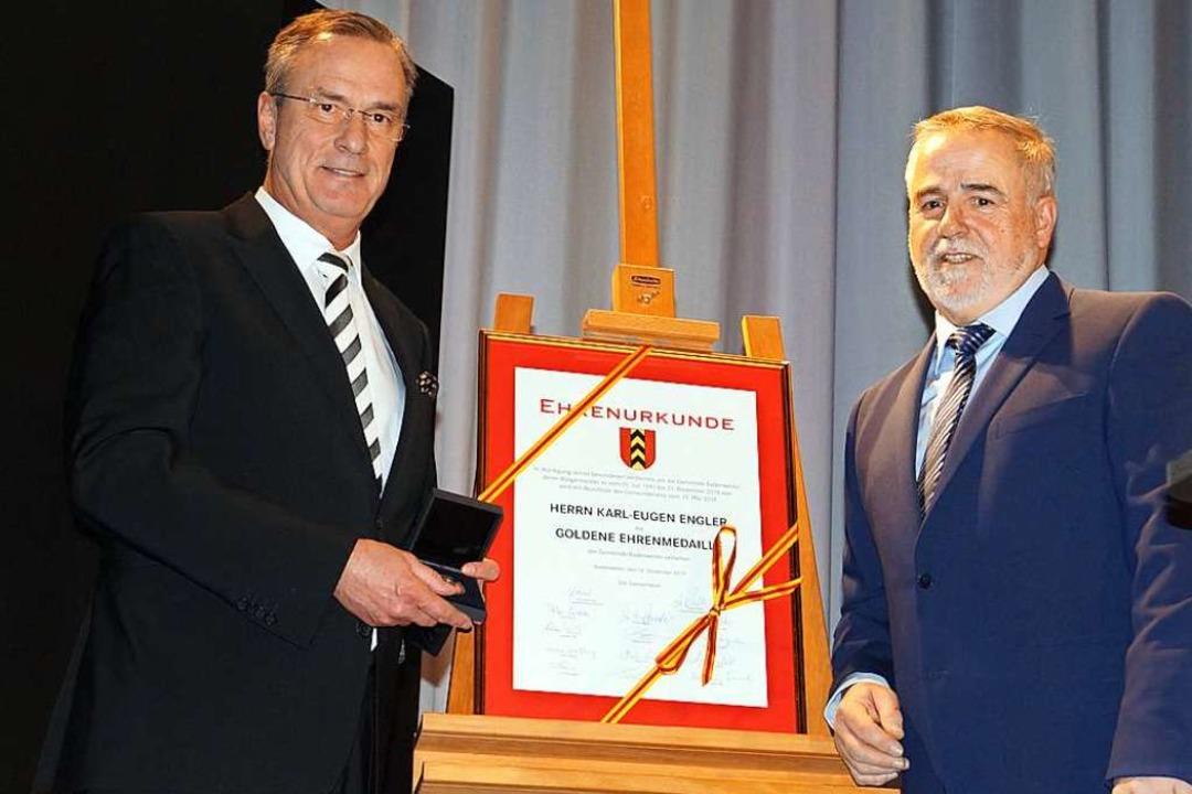 Bürgermeisterstellvertreter Hans-Diete...die höchste Auszeichnung der Gemeinde.  | Foto: Silke Hartenstein