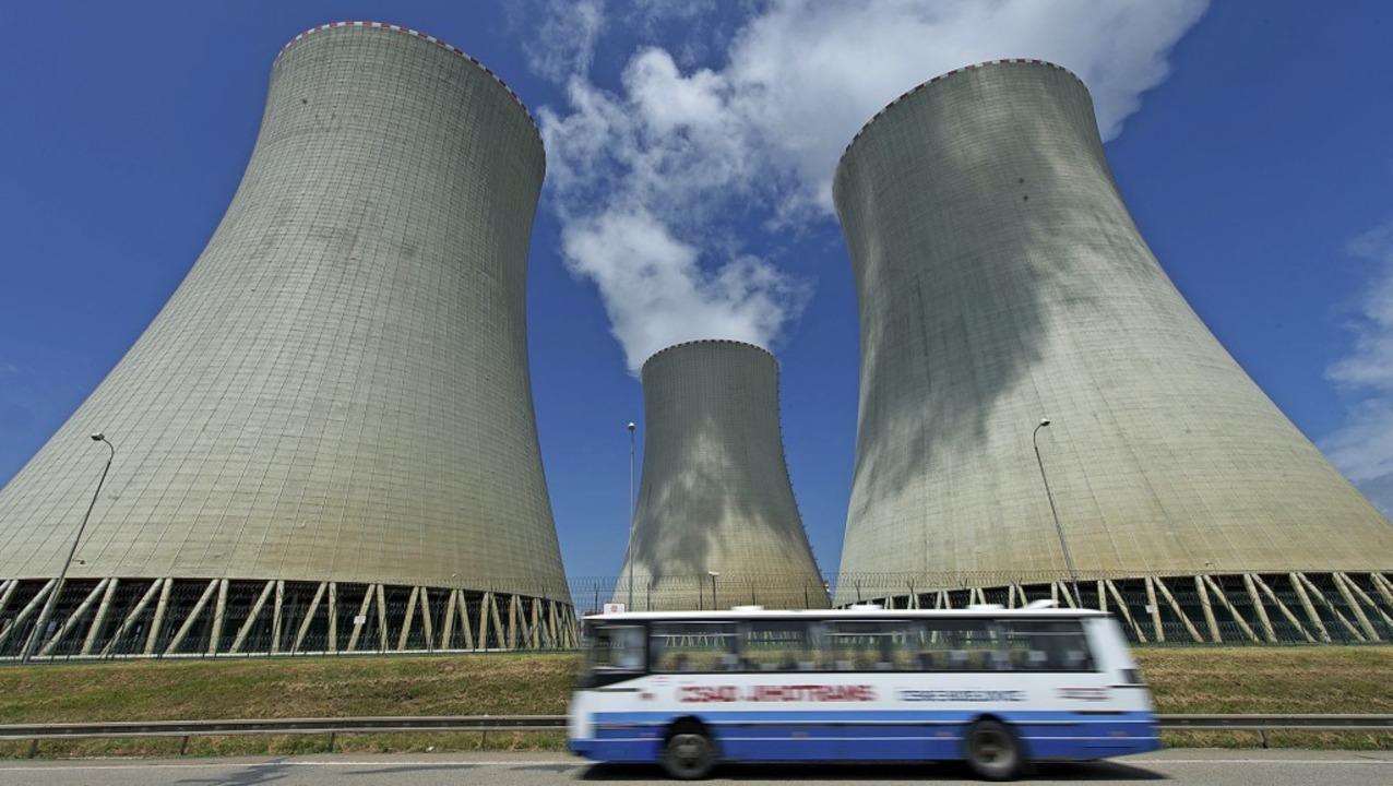 Klimaschutz auf tschechisch – Kühltürme des Atomkraftwerks in Temelin    Foto: Armin Weigel (dpa)