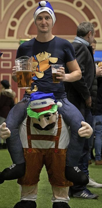 Kostüme, Bier und gute Laune: Die Stim...don erinnert an die fünfte Jahreszeit.  | Foto: DANIEL LEAL-OLIVAS