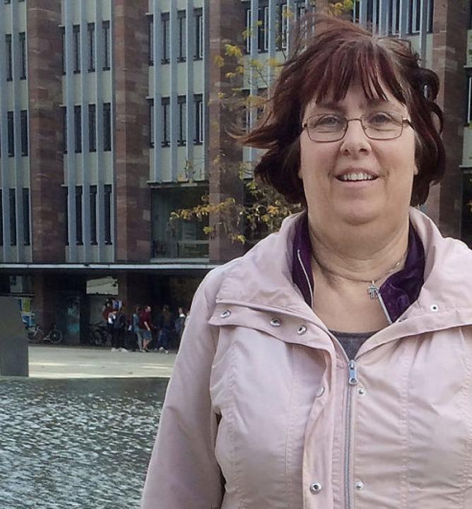 Sylvia Schliebe vor dem Synagogenbrunnen  | Foto: Annemarie Rösch
