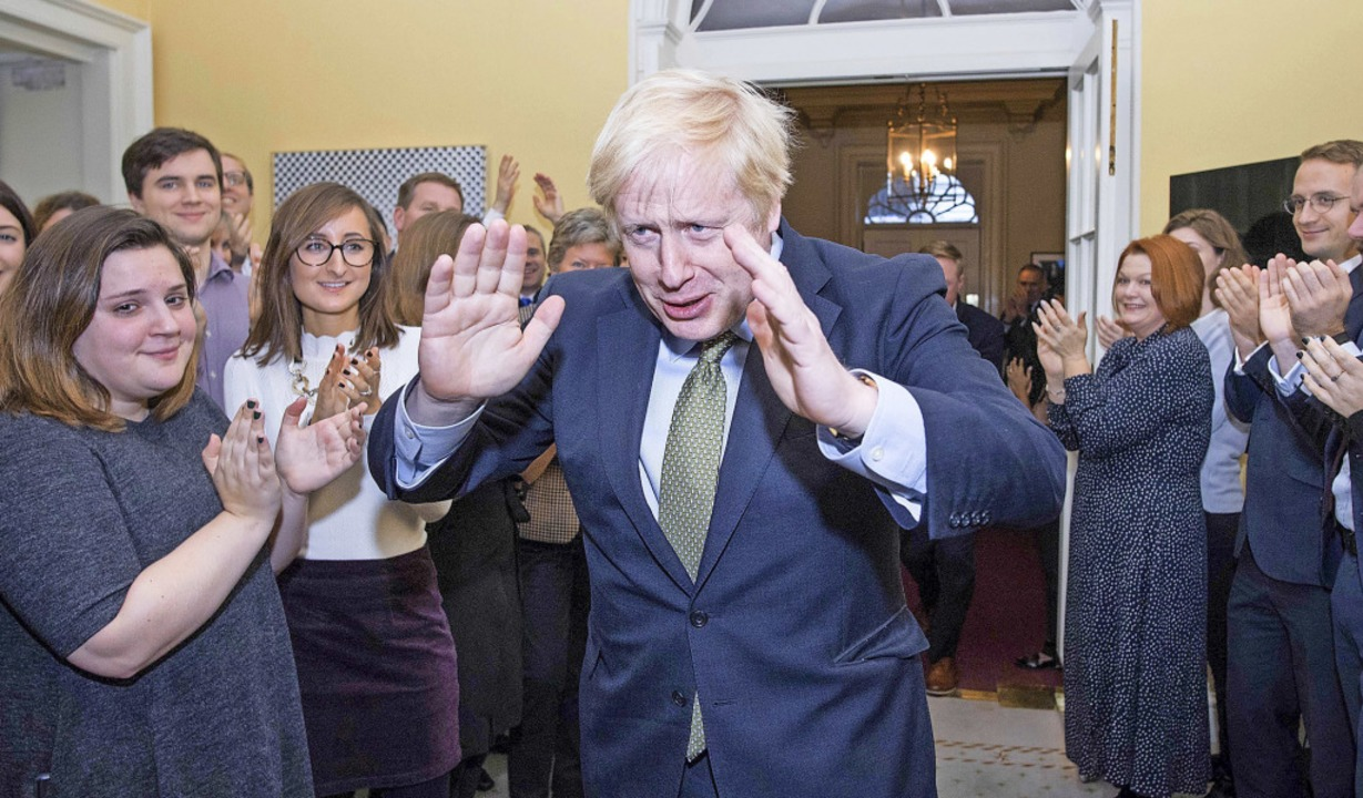 Premierminister Boris Johnson begrüßt ...ssitz an der Downing Street eintrifft.  | Foto: STEFAN ROUSSEAU (AFP)
