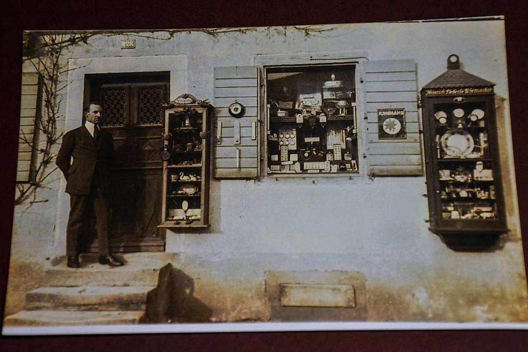 Gründer Heinrich Pfefferle vor seinem Uhren-Geschäft.  | Foto: Gabriele Hennicke