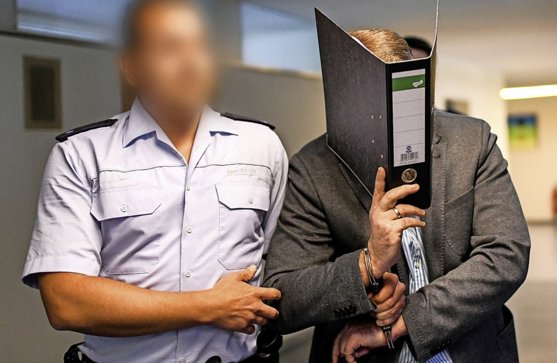 In der ersten Verhandlung verbarg Knut...ein Gesicht hinter einem Aktenordner.     Foto: Patrick Seeger