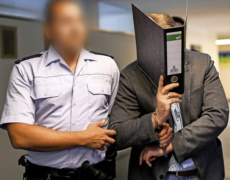 In der ersten Verhandlung verbarg Knut...ein Gesicht hinter einem Aktenordner.   | Foto: Patrick Seeger
