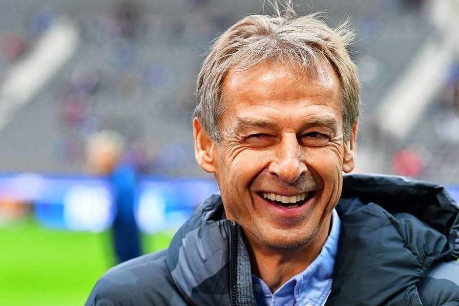 Vor dem Anpfiff: Herthas Coach Jürgen Klinsmann hat gut lachen, offenbar wusste der gebürtige Göppinger schon, dass das Spiel mit einem 1:0 für sein Team enden würde. (Foto: Soeren Stache (dpa))
