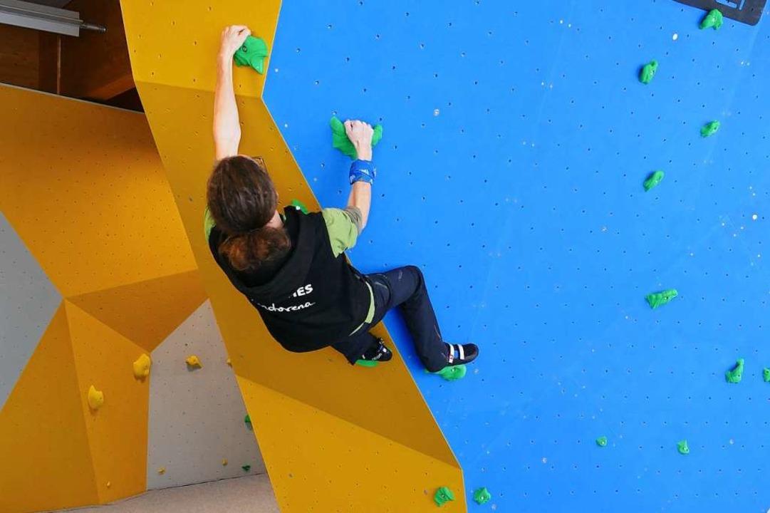 Beim Bouldern sind Kraft und Beweglichkeit gefordert.  | Foto: Ralf Morys