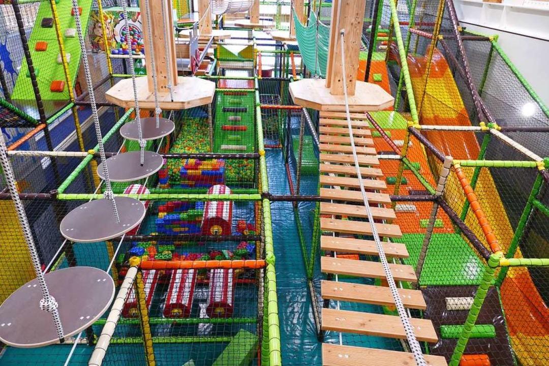 Sicherungsnetze trennen den Indoor Hoc...r Kinder von zwei bis zwölf Jahren ab.  | Foto: Ralf Morys