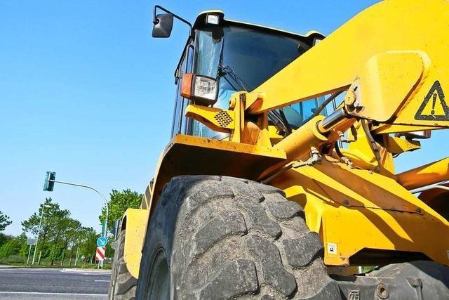 Fahrzeug schiebt Stein auf Straße, der Werkhof muss ausrücken