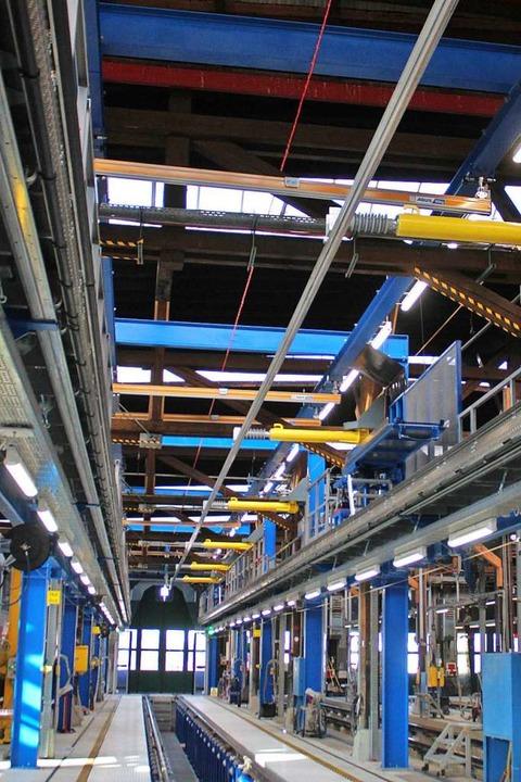 Das neue Instandhaltungsleis, oben rec...alten die ausschwenkbare Stromschiene.  | Foto: Rolf Reißmann