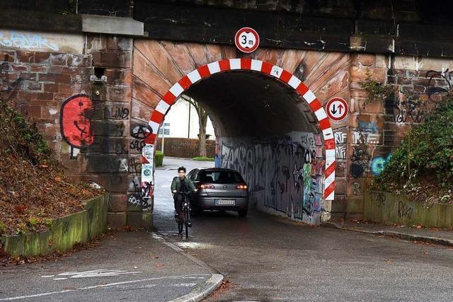Anwohner fordern Sperrung einer engen Unterführung in Zähringen