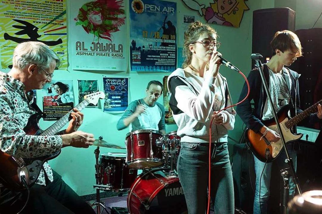 """Red Moon mit (von links) Michael Reidi...t;X-mas Rock"""" in der  Musikschule    Foto: Roswitha Frey"""
