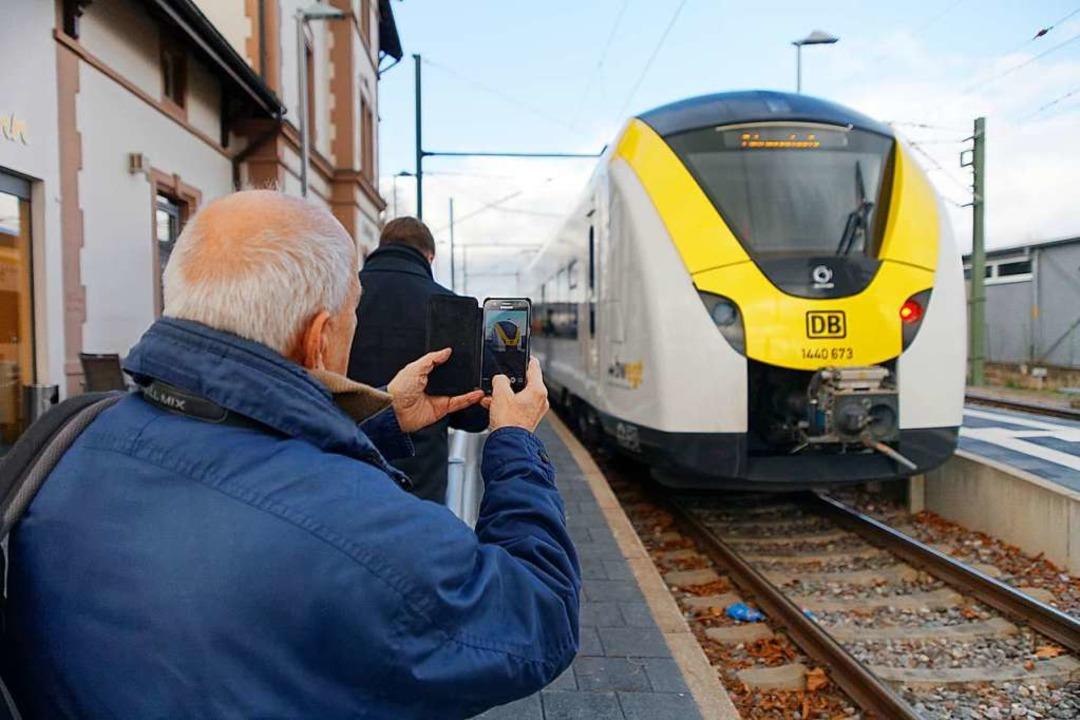 Viel fotografiert wurde der neue E-Tri...ahrt nach Donaueschingen bereit stand.  | Foto: Martin Wendel