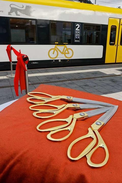 Vier vergoldete Scheren liegen für den...n Moment auf einem roten Kissen parat.  | Foto: Martin Wendel