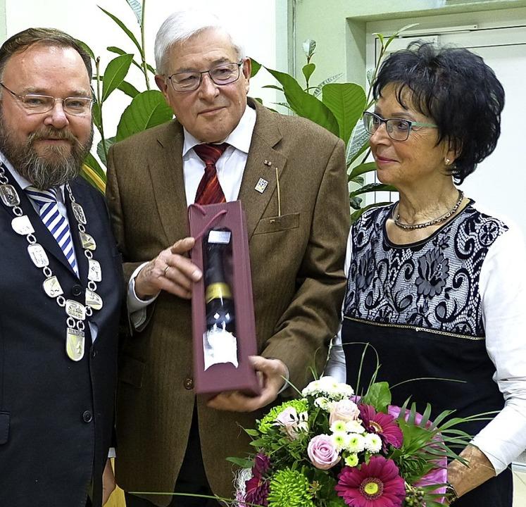 Bürgermeister Hagenacker (l.) verabsch...Luckmann; rechts dessen Frau Christa.   | Foto: Aribert Rüssel