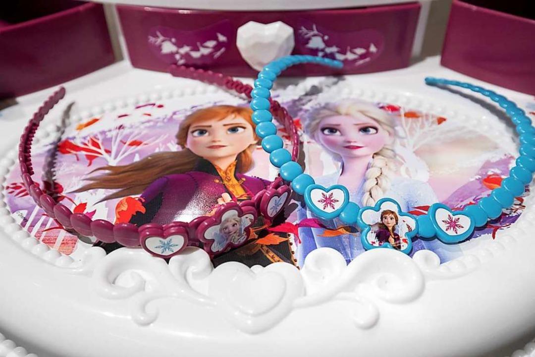 Die Schwestern Elsa und Anna, aus dem ...  Teile eines Spielzeug-Frisiersalons.  | Foto: Daniel Karmann (dpa)