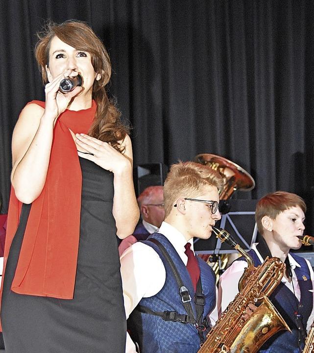 Beim Jahreskonzert des Musikvereins Gu...rte die Sängerin Angela Green (links).  | Foto: Andrea Steinhart