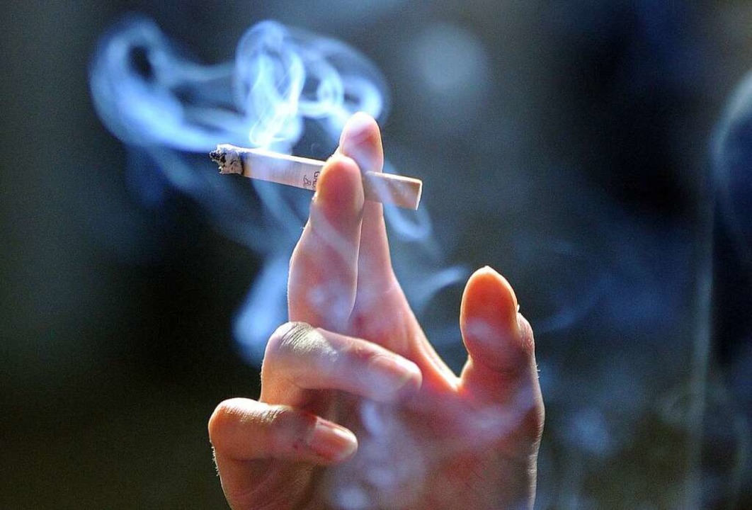 Eine qualmende Zigarette  | Foto: Jens Kalaene
