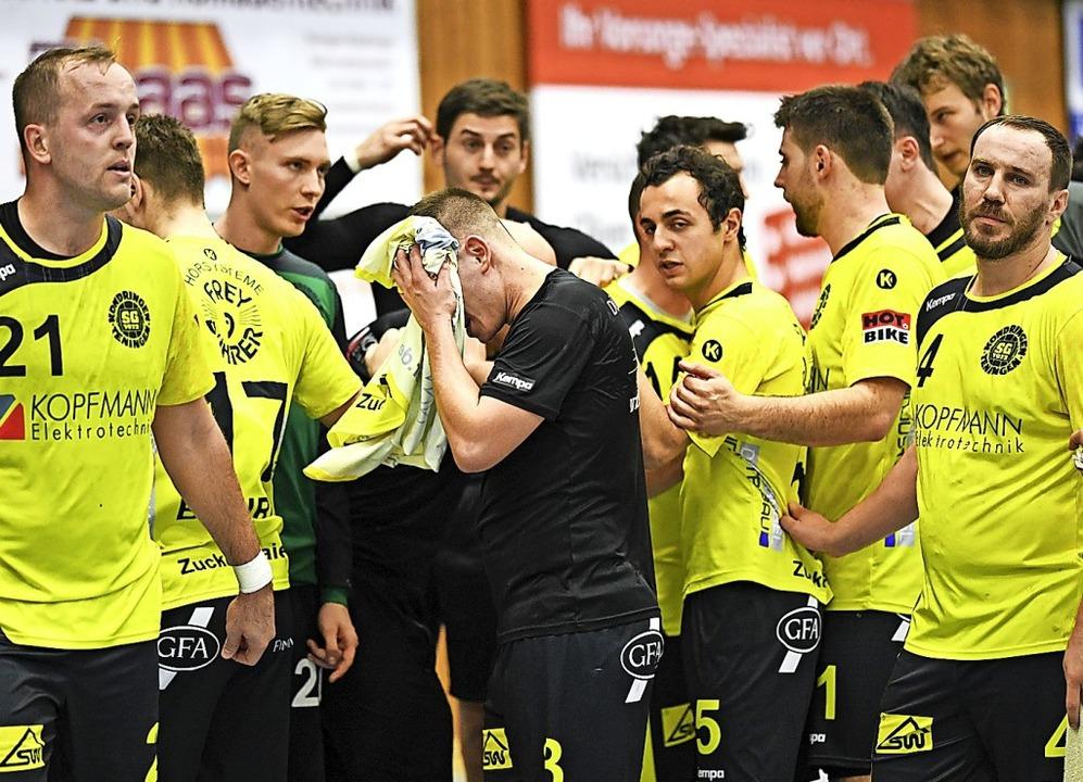Enttäuschung bei den SG-Handballern nach Spielschluss     Foto: Patrick Seeger