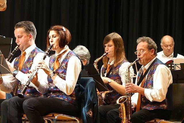Dirigent Kai Trimpin feiert eine gelungene Premiere bei der Weiler Stadtmusik