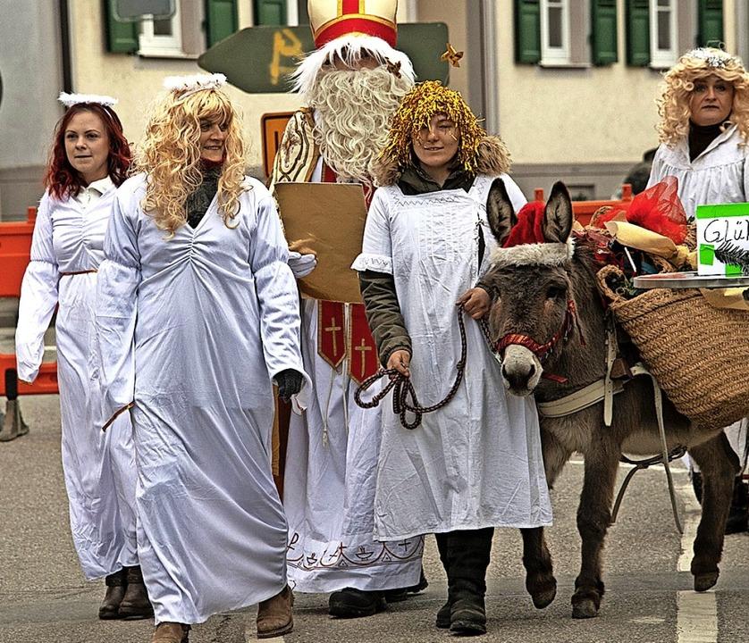 Der Nikolaus mit Engelsgefolge in Buggingen  | Foto: Volker Münch